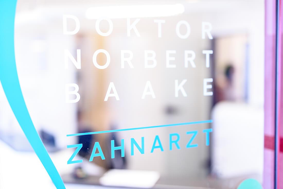 Zahnarzt Siegen - Dr. Norbert Baake - Praxis - Beschriftung
